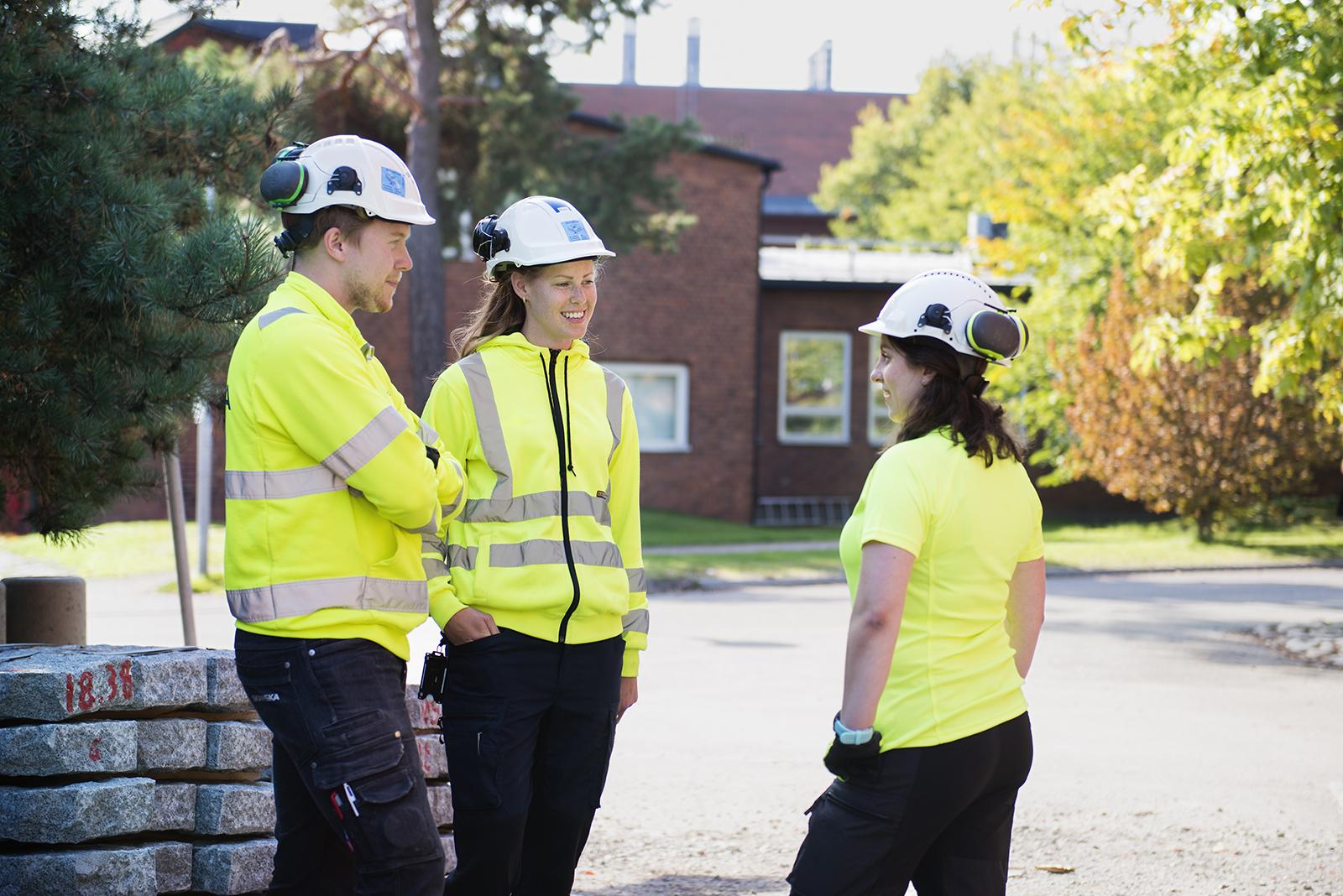 Tre elever på bygg- och anläggningsprogrammet