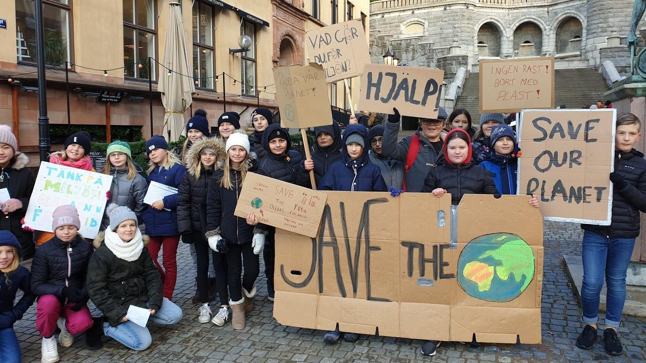 Skolbarn demonstrerar för att rädda planeten