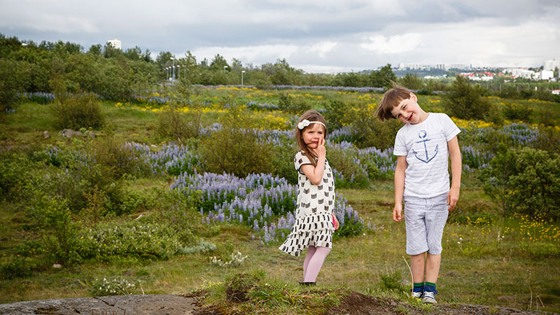 Två barn på en isländsk hed