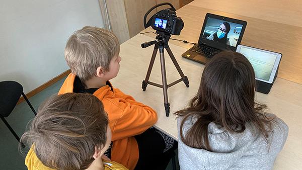 Elever vid Snättringeskolan har digitalt möte med skolklasser i Portugal, Tyskland och Frankrike.